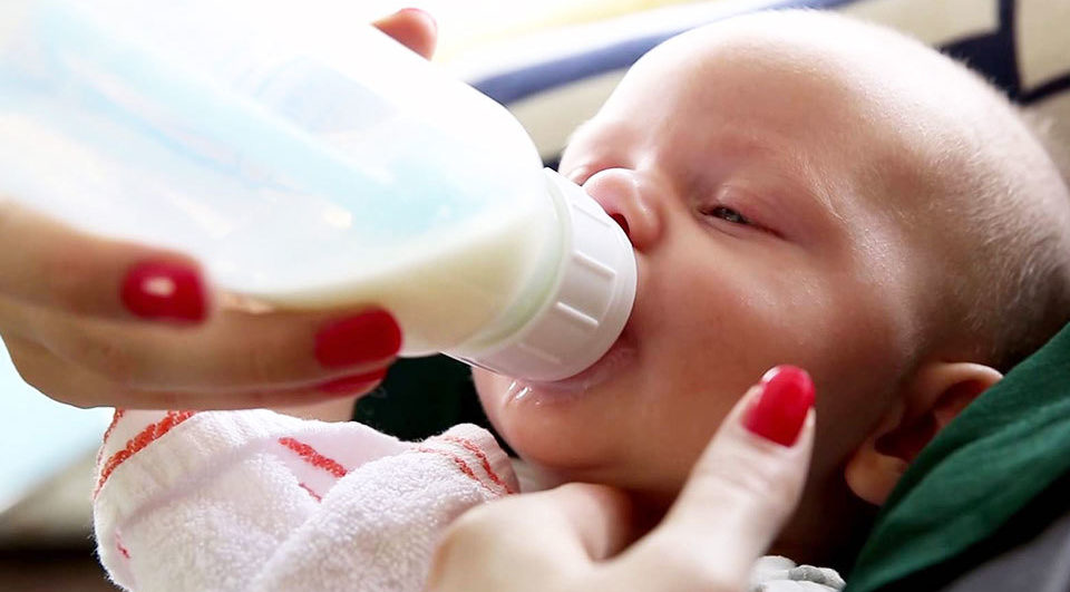 baby-fles-geven-flesvoeding